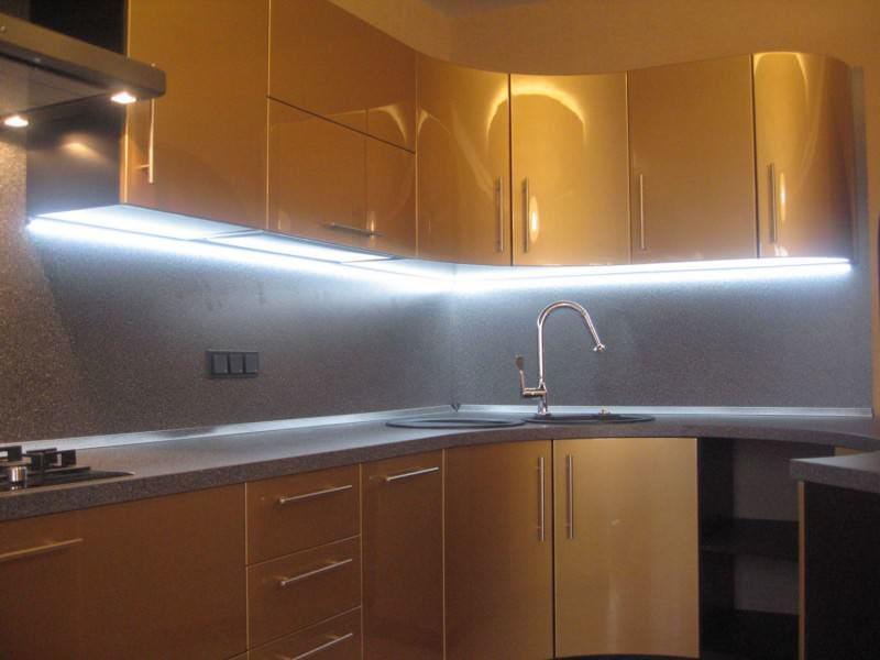 Если стиль вашей кухни современный, то рекомендуем использовать подсветку чистого белого цвета. Для стиля кантри, прованс более уместны будут светильники с теплым желтым оттенком