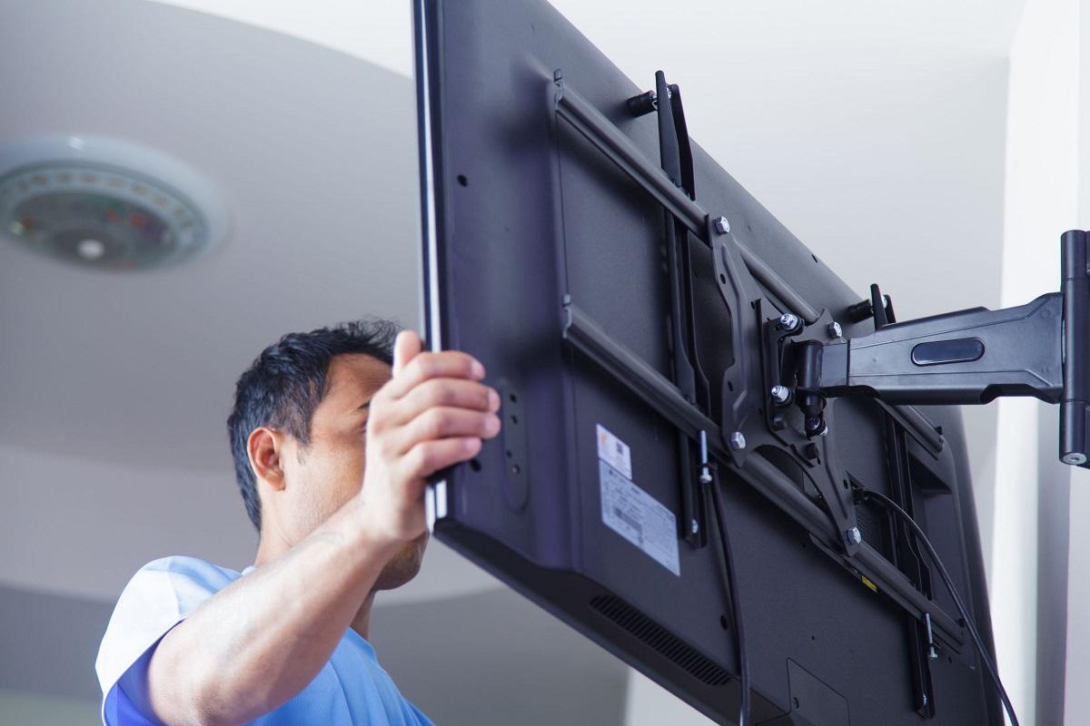 Перед тем как устанавливать телевизор на стену, рекомендуется посмотреть обучающее видео