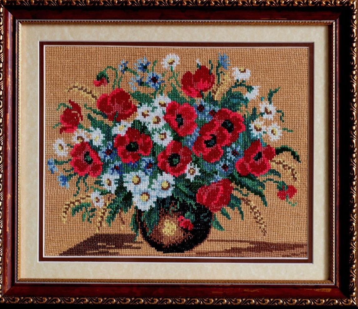 Вышивка с изображением цветов, вставленная в деревянную рамку, прекрасно впишется в классический интерьер