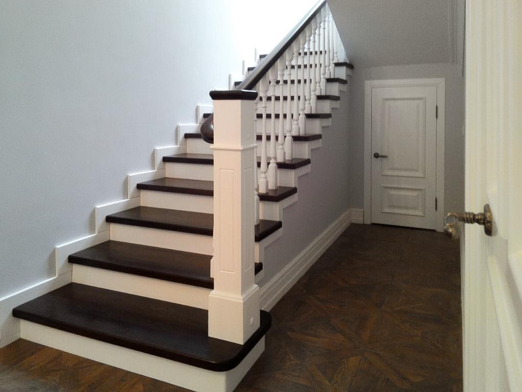 Украсить интерьер помещения можно при помощи простой лестницы в американском стиле