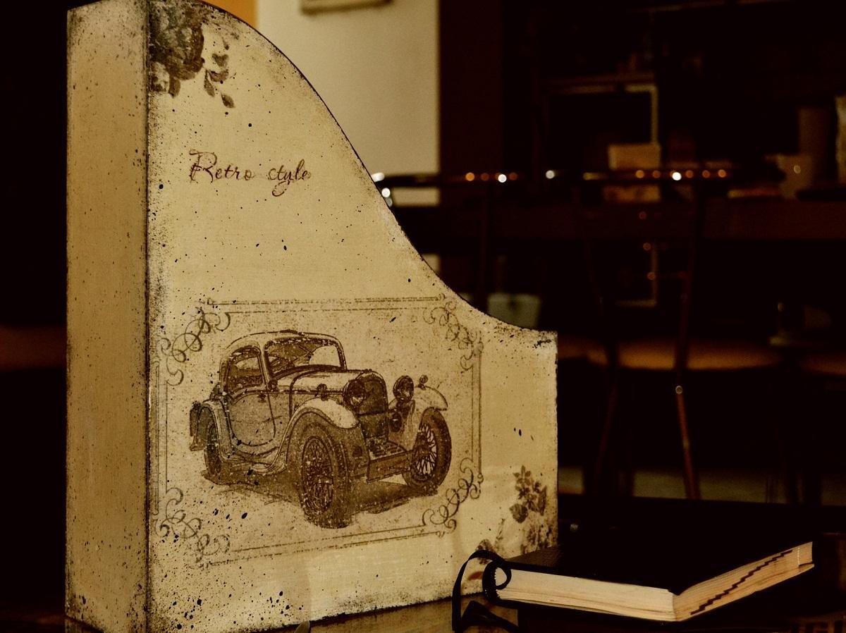 Оригинальным решением является декупаж газетницы с помощью газеты, на которой изображен ретро автомобиль
