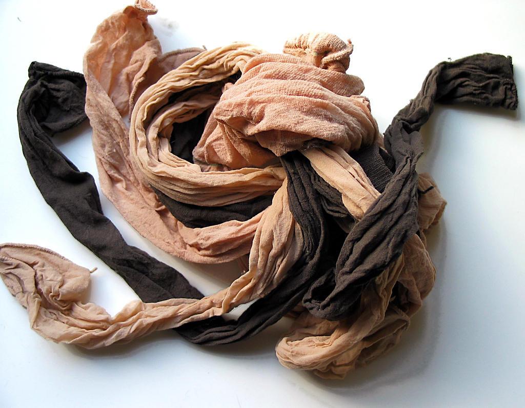 В процессе валяния из собачьей шерсти в стиральной машине чаще всего используют капроновые колготы, которые должны быть без стрелок и дыр