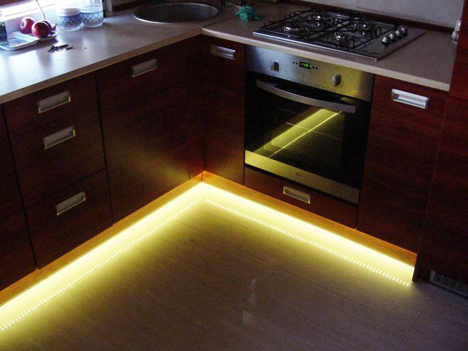 Подсветка мебели в ночное время способна изменить дизайн кухни до неузнаваемости
