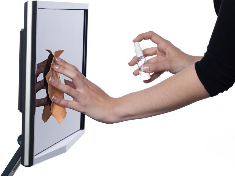 При чистке ЖК телевизора нужно работать аккуратно, не нажимая на экран