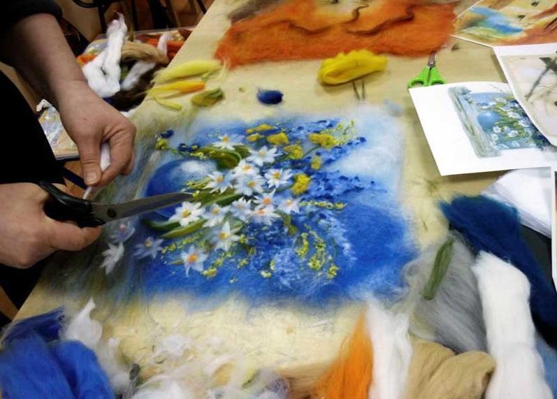 С помощью мокрого валяния получаются современные и уникальные работы, которые станут прекрасным подарком для родных и близких