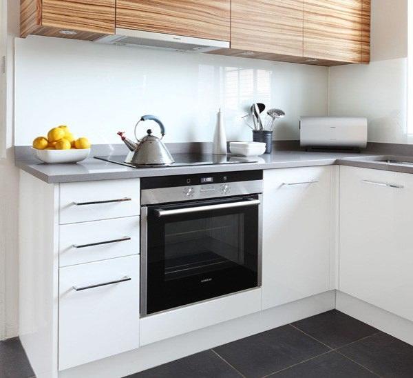 Даже для маленькой кухни найдется много вариантов расположения мебели и декорирования помещения