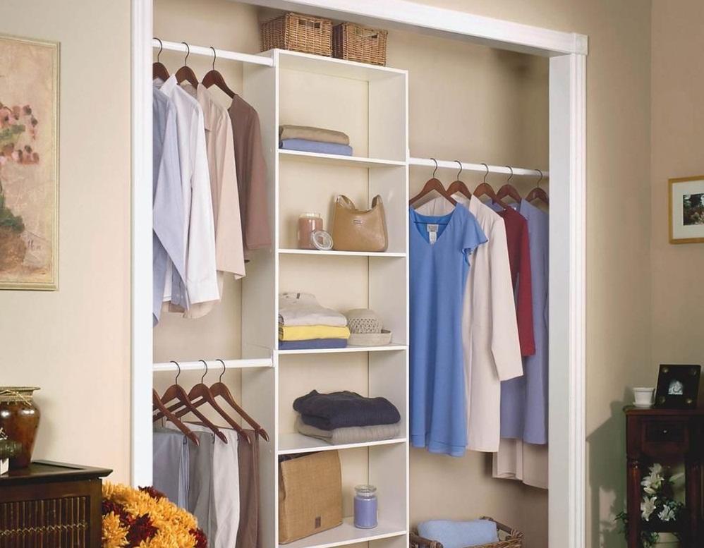 В небольшой комнате рациональным решением является расположение гардероба в нише стены