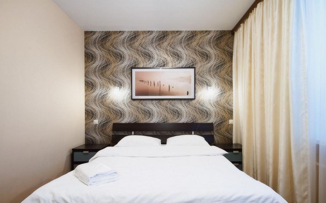 Бежевый цвет в интерьере спальни хорошо сочетается с коричневым, белым и черным оттенками