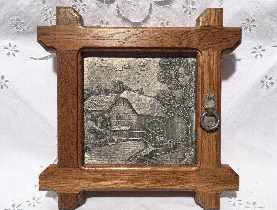 Для украшения деревянной ключницы отлично подойдет картинка с винтажной тематикой