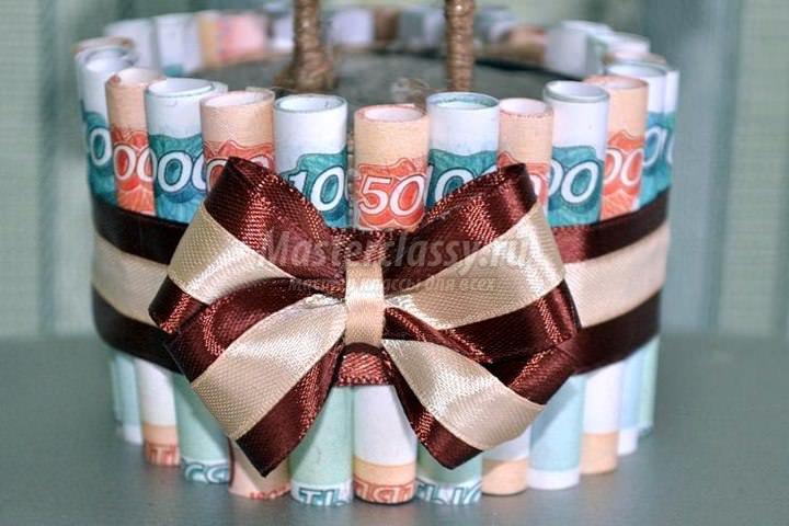 Горшочек для денежного топиария можно и вовсе задекорировать банкнотами другого номинала или украсить монетами