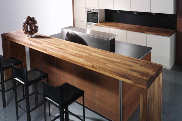 Барная стойка на кухне из дерева - сама классика и отличается тем, что идеально вписывается в дизайн кухни практически любого стиля
