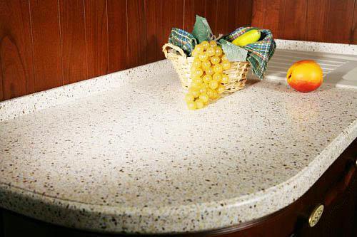 Материал обладает всеми качествами, чтобы быть идеальным для стола в вашей кухне