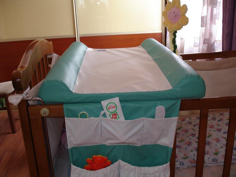 Очень популярной среди молодых мам является пеленальная подстилка, которую можно с легкостью установить на детскую кроватку