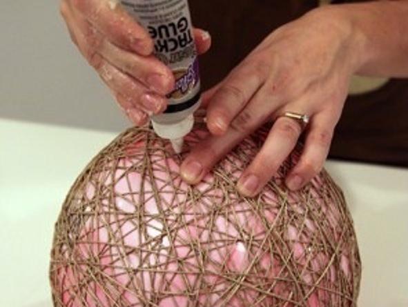 В качестве каркаса лучше взять резиновый мяч, так как он намного прочнее шара