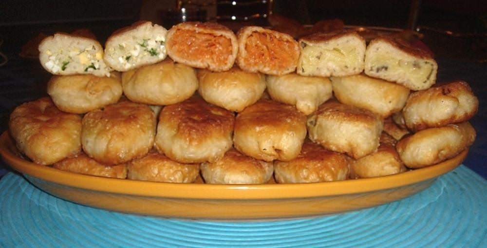 В качестве начинки для пирожков можно использовать фрукты, овощи или мясо