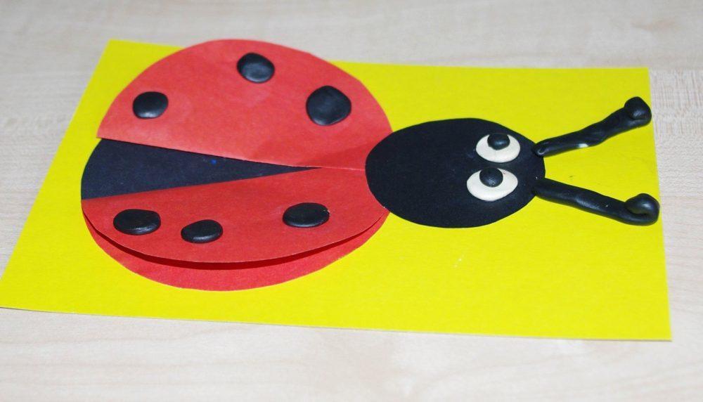 Вырезать и мастерить красивые поделки из картона особенно понравится детям младшего возраста
