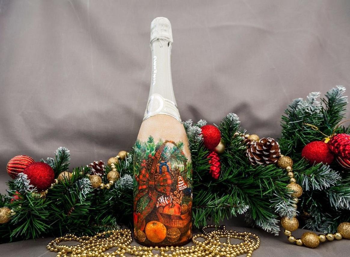 Бутылка шампанского, сделанная в технике декупаж в новогоднем стиле, будет хорошо смотреться на праздничном столе на Новый год