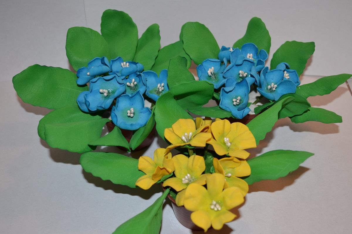 Чтобы цветочная композиция из фоамирана смотрелась оригинально и стильно, при ее изготовлении стоит использовать лепестки разных оттенков