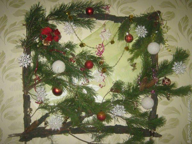 Самый простой вид новогоднего панно – декор на стене из еловых веток, украшенный елочными игрушками