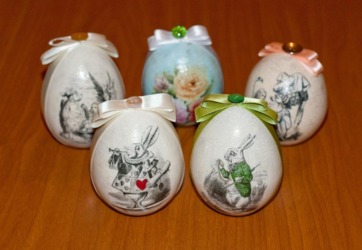 Дополнительно украсить пасхальные яйца можно с помощью подарочной ленточки