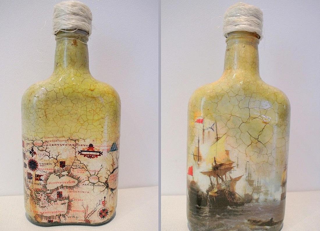 Первым делом стоит обезжирить бутылку и очистить ее поверхность от клея, который остался после сдирания этикетки