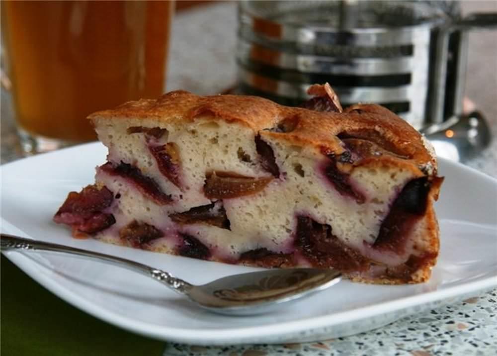 Пирог-шарлотка со сливами требует минимум времени на его приготовление