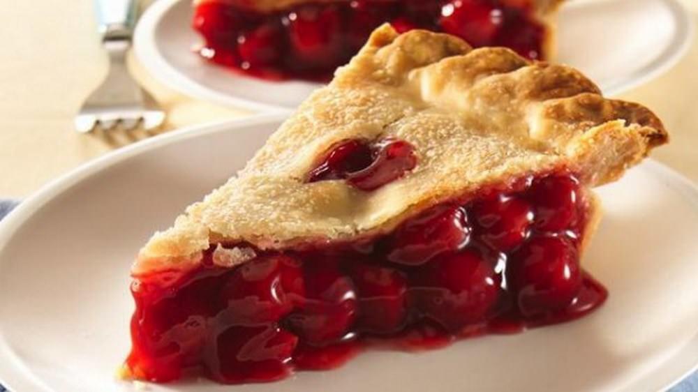 Шарлотка с вишней: рецепт с фото, с замороженной, пошагово в мультиварке с яблоками, вишневый пирог в духовке, видео