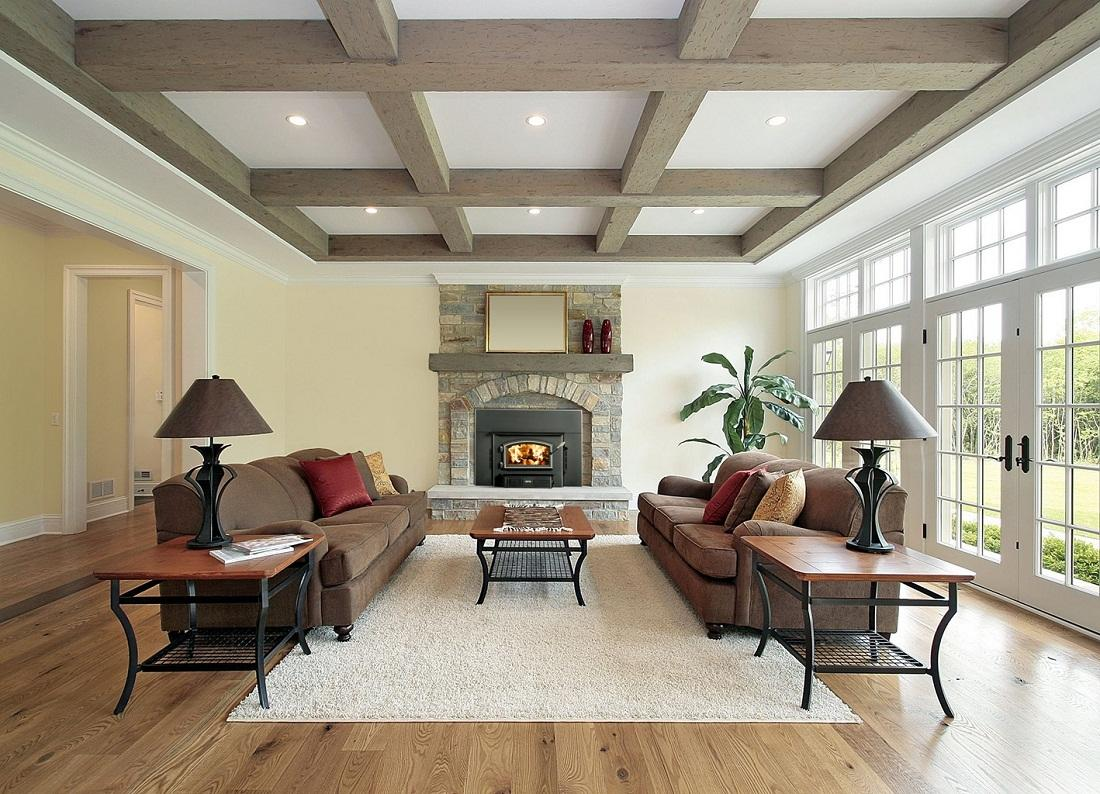 Разнообразить потолок можно с помощью симметрично расположенных балок
