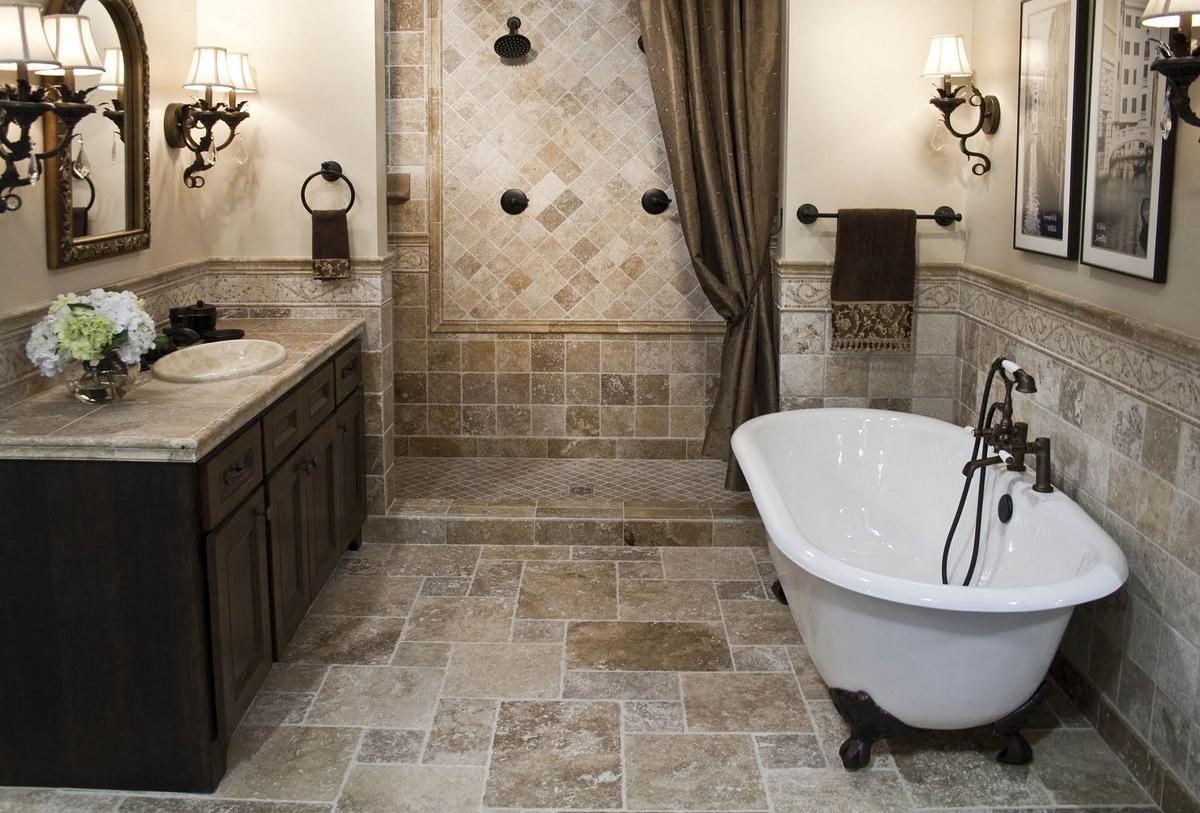 Оригинальным решением является сочетание плитки и обоев в ванной комнате