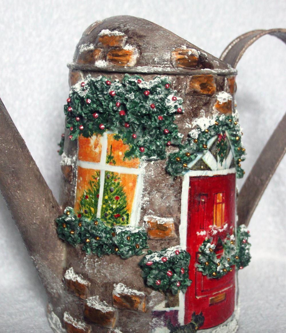 Отличным и необычным подарком, который понравится взрослым и детям, является новогодняя декупажная лейка