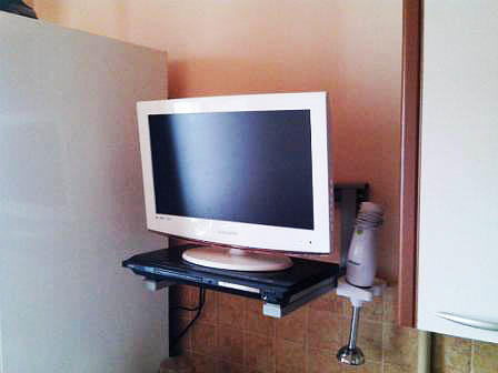 В качестве полки можно использовать кронштейны для микроволновки: можно закрепить на них DVD-проигрыватель и поставить на него телевизор