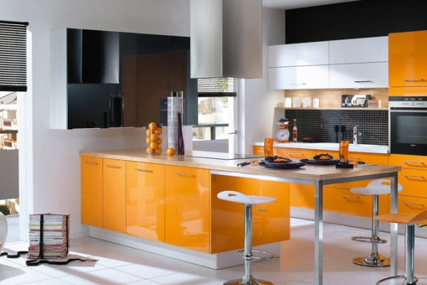 Оранжевый цвет кухни будет каждый день поднимать настроение