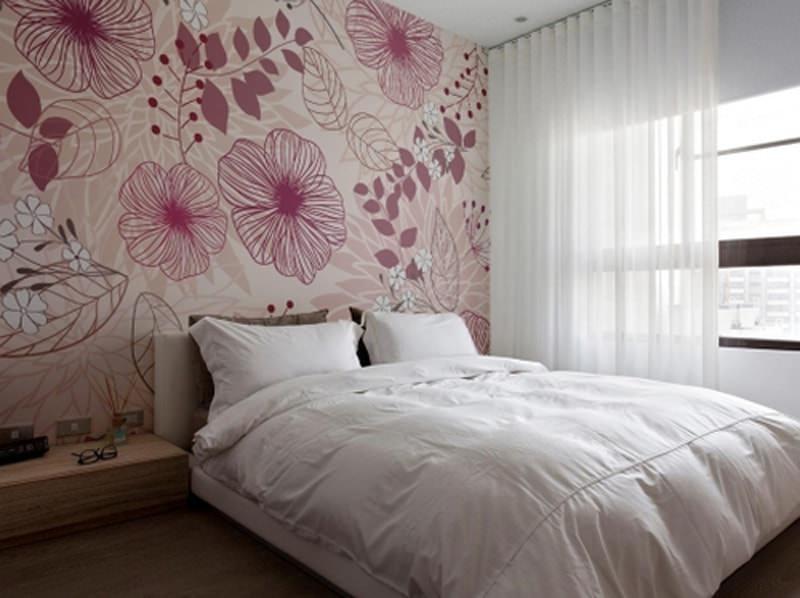 Обои для стен с крупными цветами лучше всего смотрятся в просторных помещениях с минимумом мебели
