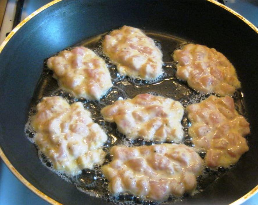 Разогреваем сковороду с подсолнечным маслом и аккуратно выкладываем оладьи на поверхность