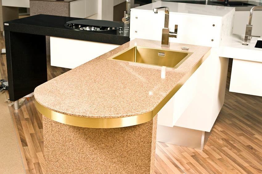 Кухонный стол из агломерата отличается своей стойкостью к различного рода повреждениям и высоким сроком службы