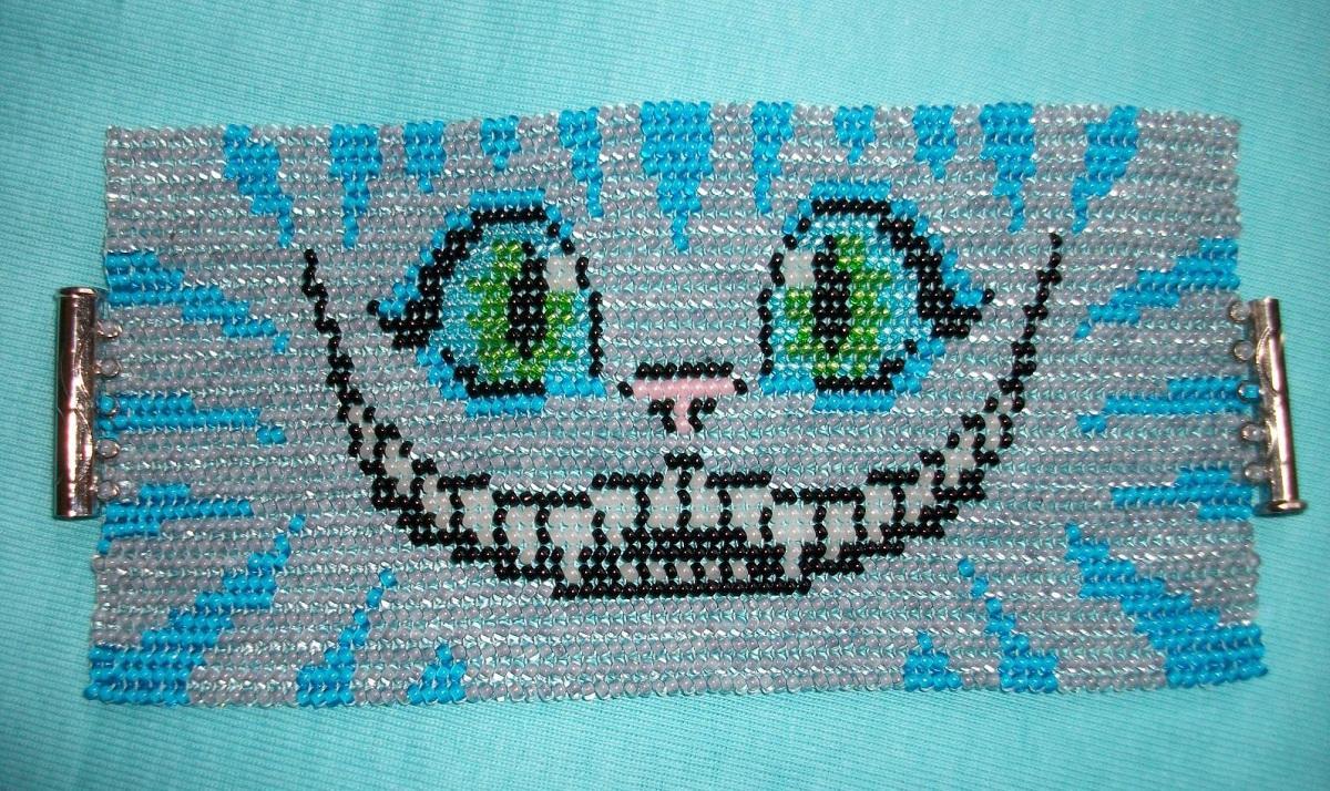Вышивка с изображением чеширского котика является отличным подарком к Хэллоуину