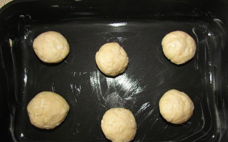 Аккуратно выкладываем булочки на противень. Выдерживаем нужное расстояние, чтобы они в процессе выпекания не слиплись