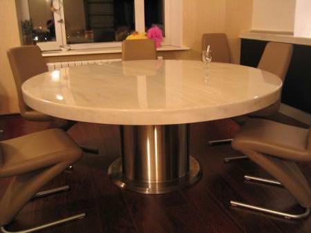 Каменные столы простых форм представлены в ассортименте довольно широко, поэтому вы без труда сможете подобрать его и для своей кухни
