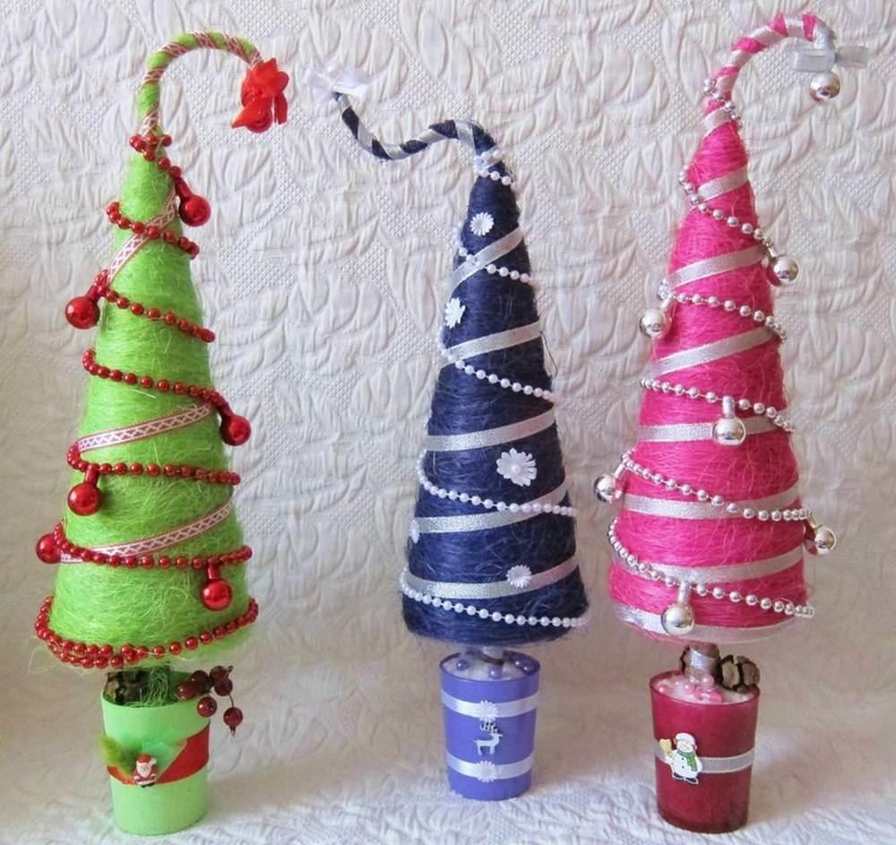 Бусы, атласные ленты, тесьма, стеклярус - для украшения новогоднего топиария не существует рамок и преград