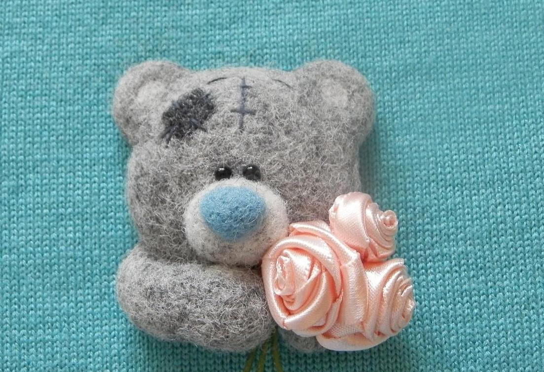 Брошь из шерсти можно дополнительно украсить декоративным элементом в виде цветка