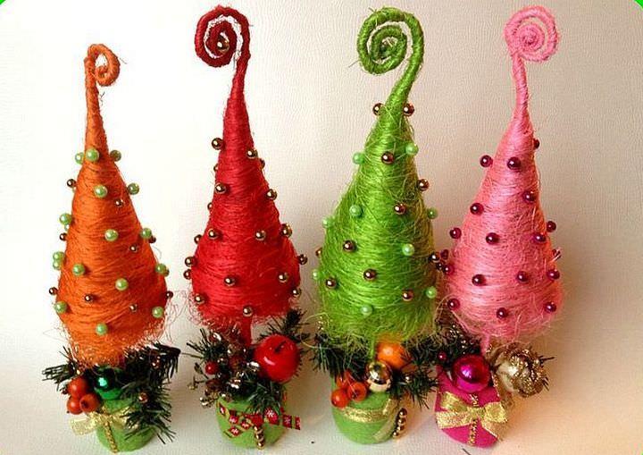 Новогодняя елочка из сизаля прослужит вам много лет, так как ей не придется пылиться на полке круглый год