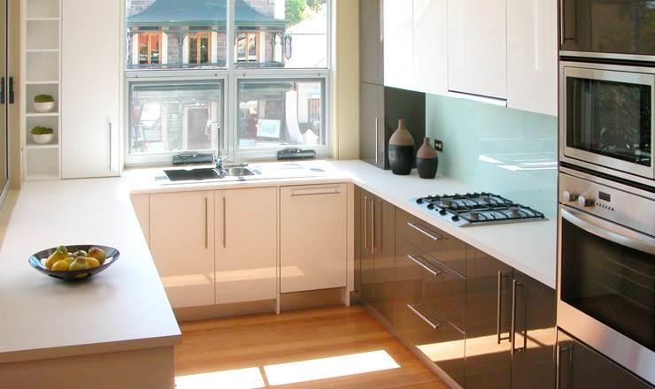 Если на кухне с П-образным дизайном расположено окно, то чаще всего под него устанавливают мойку