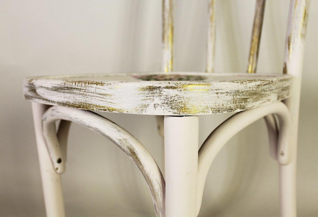 Перед началом работы стул необходимо в обязательном порядке загрунтовать и покрыть шпатлевкой
