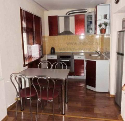 Небольшой подиум поможет в зонировании просторной комнаты, реалистично отделив кухню от совмещенного с ней помещения