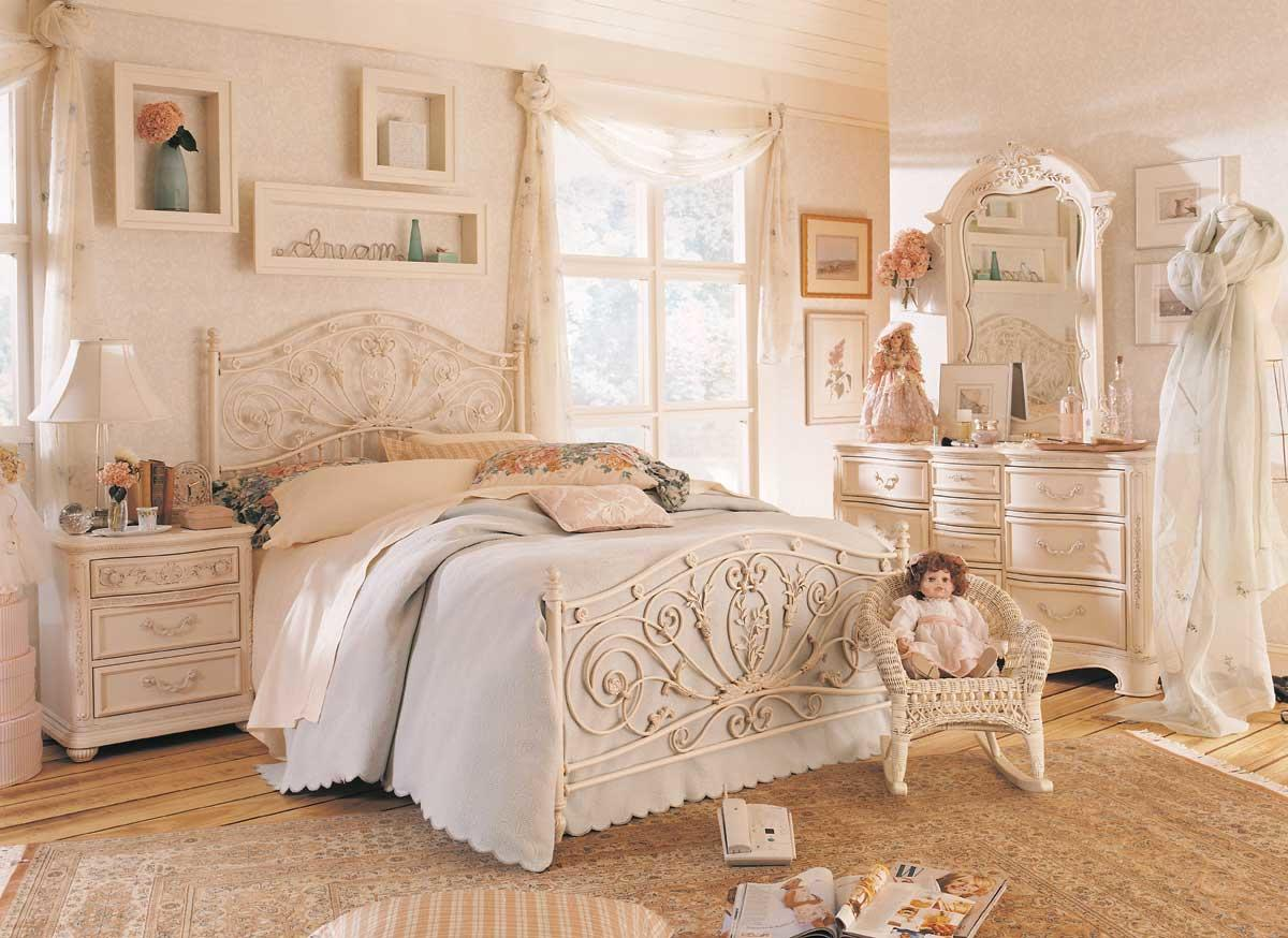 Красивый интерьер светлой спальни можно дополнить картинами или фотографиями