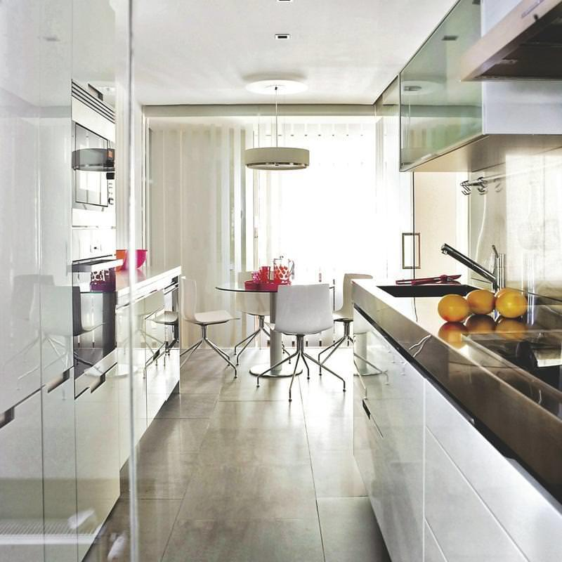 Правильная укладка пола в узком кухонном помещении играет немаловажную роль в визуальном всприятии кухни