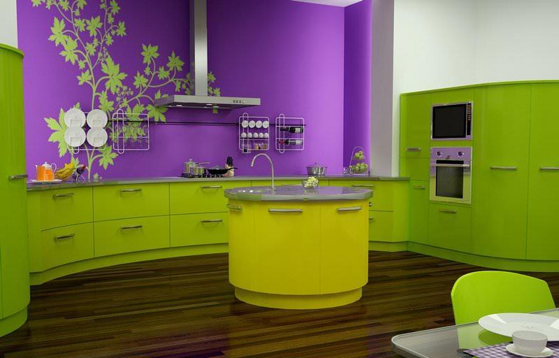 Стена темно-фиолетового цвета является ярким акцентом в зеленой кухне