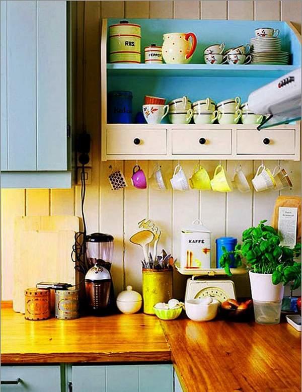 Обычные полочки с красивой кухонной утварью могут быть своеобразным декором для стен