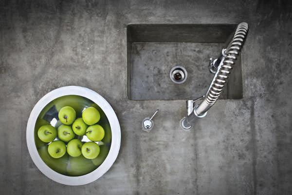Столешница из бетона будет идеальным вариантом, если ваша кухня выполнена в стиле лофт