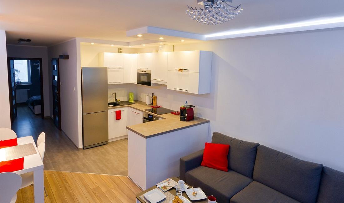 Чтобы небольшая кухня-гостиная казалась визуально больше, оформлять стены стоит в светлых тонах